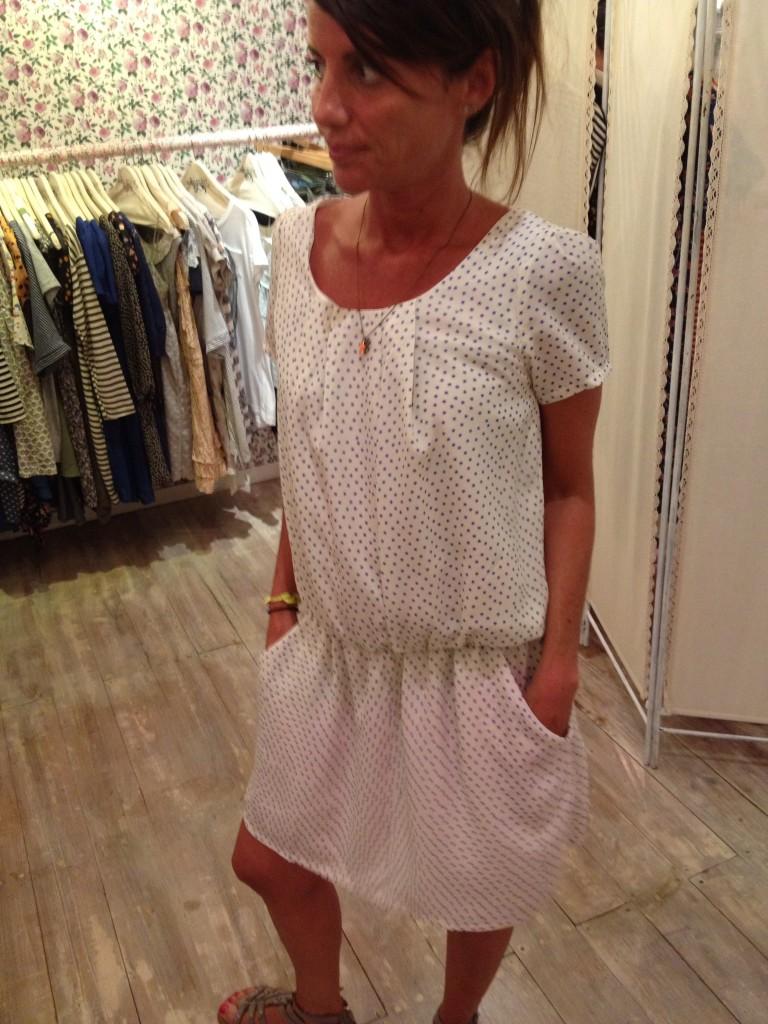 Laura con un vestitino bianco a stelline